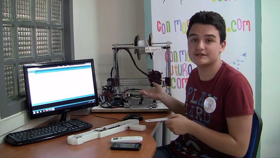 Diego con 14 años explicando un proyecto de Arduino
